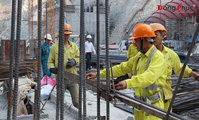 Đồng phục bảo hộ giúp công nhân an toàn và chuyên nghiệp, tiện lợi trong sản xuất