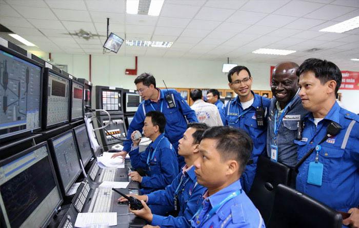Các kỹ sư cũng trang bị bảo hộ lao động